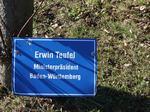 Erwin Teufel Ministerpräsident Baden-Württemberg, Besuch Baum pflanzen, Schilder Besucher Schloss Stetten