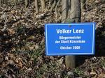 Vilker Lenz Bürgermeister der Stadt Künzeösau, Besuch Baum pflanzen, Schilder Besucher Schloss Stetten