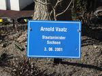 Arnold Vaatz Staatsminister Sachsen, Besuch Baum pflanzen, Schilder Besucher Schloss Stetten