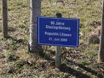 90 Jahre Staatsgründung Republik Litau, Besuch Baum pflanzen, Schilder Besucher Schloss Stettenen