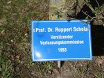 Prof. Dr. Ruppert Scholz Vorsitzender Verfassungskommission, Besuch Baum pflanzen, Schilder Besucher Schloss Stetten