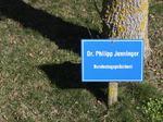 Dr. Philipp Jenninger Bundestagspräsident, Besuch Baum pflanzen, Schilder Besucher Schloss Stetten