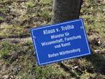 Klaus v. Trotha Minister für Wissenschaft Forschung und Kunst Baden-Württemberg, Besuch Baum pflanzen, Schilder Besucher Schloss Stetten