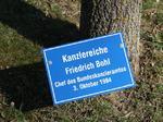 Kanzlereiche Friedrich Bohl Chef des Bundeskanzleramts, Besuch Baum pflanzen, Schilder Besucher Schloss Stetten